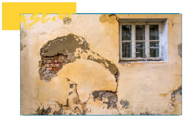 まだまだ好景気と言える世の中ではなく、災害で家が痛んでしまったにも関わらず、修理をするための予算が捻出できず、そのまま放置している。